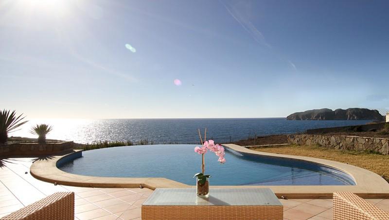 Mediterrane Meerblick Villa in Santa Ponsa mit Blick von dem Pool auf das Meer