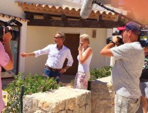 Der Immobilienmakler für Luxusimmobilien auf Mallorca -Holger Vogt- zeigt der Dschungelkönigin Melanie Müller eine Immobilie in Camp de Mar.