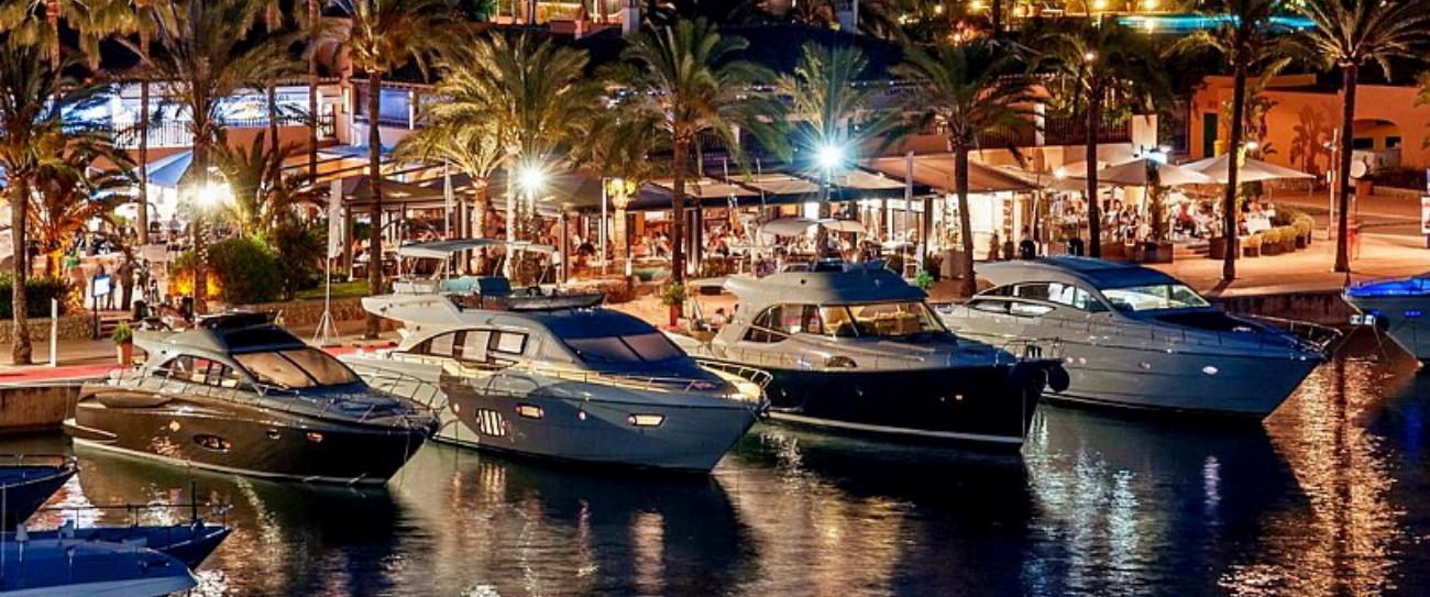 Die edlen Yachten bei Nacht in Puerto Portals.