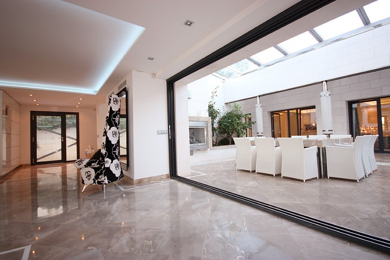 moderne und freie luxusvillen in bendinat sind rar diese bis ins kleinste detail durchdachte. Black Bedroom Furniture Sets. Home Design Ideas